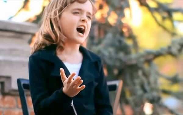 ребенок поет песни