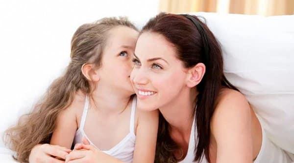 учит ребенка мама